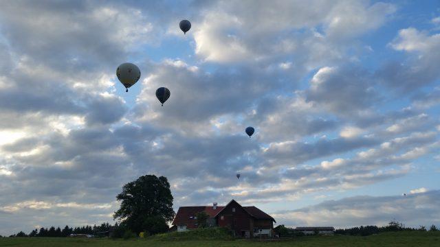 Ballons nach dem Start im Rahmen des Sonnwendglühens 2018 um ca. 05:30 Uhr.